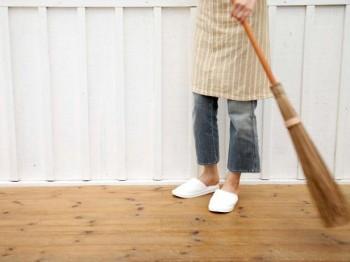 JI-75627099_Sweeping-Hardwood-Floors_s4x3.jpg.rend.hgtvcom.616.462