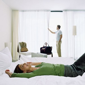 couple-arriving-at-hotelroom-400x400