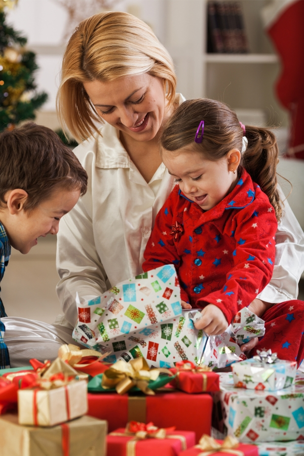 We all know that Christmas morning can be chaotic and messy. Here are the best tips to help you with the Christmas morning chaos.